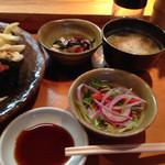 魚がし寿司 - 小鉢はミニサラダとタコの酢の物とお椀