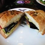 カド - くるみブルーベリーパンのなすモッツァレラサンド