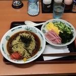 日高屋 - 黒酢しょうゆ冷し麺510円、具はたっぷりあるがつゆが濃い。