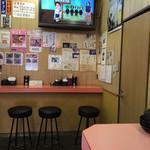 40365879 - カウンターがこちら5席と向こう4席、テーブル席が12席かな?ただし1テーブルはおでんで潰れてるけど(笑)