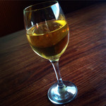 ダイニング大嶽 - 地元の白ワイン。 並々そそいでくださいました。  飲みやすくて美味!