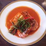 ダイニング大嶽 - 魚料理。。と思ったら魚だけでなく、大きなエビ! 美味しい ソースは、ご飯にもパンにも合います