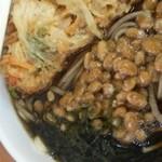 KIOSK勝田そば - かき揚げの下には大粒納豆たっぷりですな!