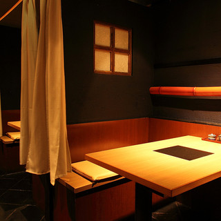 控えめな照明、大人が満足して寛げる癒しの空間個室