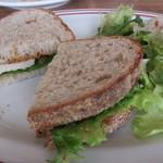 カフェ ルーツ - グリルチキンのサンドイッチ