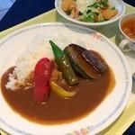 レストラン レジーナ - 日替りのAランチ:夏野菜カレーと小海老のシーザーサラダ