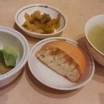 40378607 - 謎のパンとスープ、漬け物(ランチ)