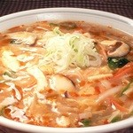 鳳春 - スーラータンメン=辛さがキリッっと、酸味がスキッっと。とろみが効いて、冬によし、夏によし。。。野菜の量は約250g