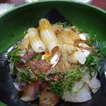 40390152 - 予定通りの海鮮丼(わがまま丼)です。醤油に山葵を溶いてぶっかけます。