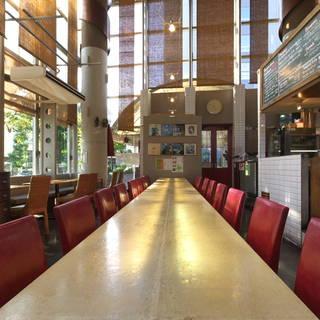 スタイリッシュなカフェで本格的イタリア料理をお楽しみください