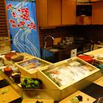 鮨処 多田 - ショーケースにネタがずらりと陳列されています。