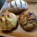40395507 - 左下→アーサとチーズのパン、右下→バナナこくるれ?、上→不明