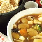 鳳凰閣 - アツアツ石鍋の海鮮入りおこげ