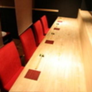 和ならではの暖かみのあるカウンター席。