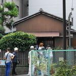 武蔵屋 - 2015.7.30 平日14時台からお店の前には長蛇の行列