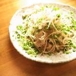 じまんや - ・豚しゃぶサラダ パイナップルポークの温しゃぶサラダ。根と芽を取り除いた真っ白なもやしも、 さっと湯通しでシャキシャキに。特製のゆずポン酢で。万能ねぎとゴマが効果的!!