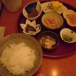 定食サトウ - 定食セットの小鉢とご飯