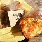 40414382 - オニオンのパンと食パン