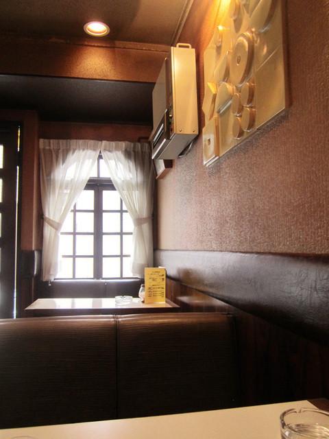 カフェ&バー 琥珀 - テーブル席は2卓のみ。店内はコンパクト