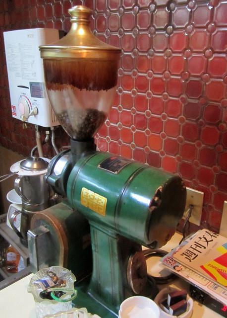 カフェ&バー 琥珀 - 今も現役の年代物。ユーコーヒー ウエシマのミル