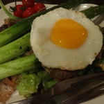 タンポポ - カリっと焼いた豚ばらとアスパラガスのサラダ仕立て