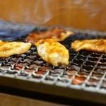 野毛ホルモンセンター - 2015.7 鶏セセリ、豚トントロ、豚タンなどを炭火で焼きます