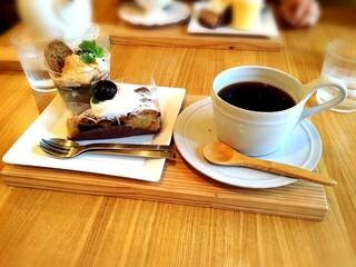 クルミ - 相方さんはチェリータルトと黒ごまプリン。ケーキセットのコーヒーがマズかったそう