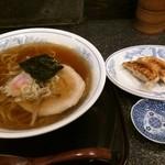 Edotoukyoukoiwasougyoushouwajuuichinengyouzanoshinisechuukaryourieiraku - シンプルなのに美味さ凝縮の支那そばとたれなし餃子