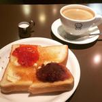 さいわい - ホットコーヒー。モーニングB。ジャム&小倉付きバタートースト。¥410-。