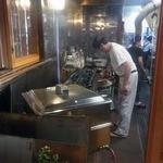 魚登久 - カウンターから見える厨房