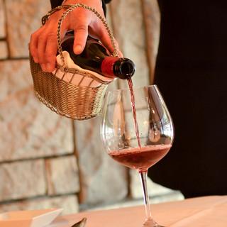 ワインはボルドー、ブルゴーニュを中心に、取り揃えております。