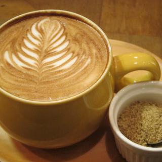 こだわりのエスプレッソマシーンで淹れたてコーヒー