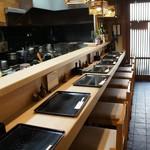 青柳 - 9人分の席が並ぶカウンター、鰻屋さんの雰囲気抜群です