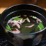 青柳 - 肝吸いは、ランチでは無理かな?桜エビとワカメのお吸い物でした、エビの香ばしさが美味しかったですよ!