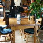 ジャック&ベティー - 店内は、ロッジ風、いろんなタイプの4人掛けテーブルが4卓配置されています