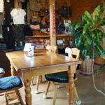 ジャック&ベティー - 奥の壁には、服やバッグ、雑貨なども販売されています