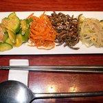 吾照里 - ナムルです。6種類の味が楽しめます。韓国料理店でメニューにあれば必ず注文しちゃいます。ビールが進みますよ~。
