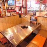ちゃん - テーブル席は4名席2つ、6名席2つご用意しております。落ち着いた雰囲気で女子会にも最適◎駅近なのでプライベートから宴会まで幅広く対応♪