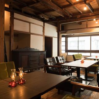 アンティークやカリモクの家具が並ぶソファ席&個室