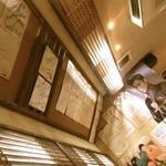 オムニ食堂 - 内観写真:天井は韓国のスターのサインばかり。