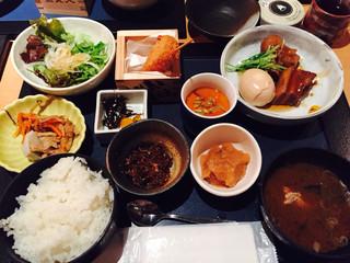淡路島と喰らえ 三軒茶屋店 - 日替わり肉定食の豚の角煮。