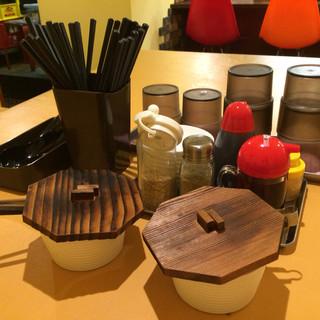 和田党 - 料理写真:卓上調味料たち