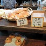 銀亭 - パン陳列1