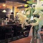 新宿 スカラ座 - テーブルにはいつもカサブランカ。