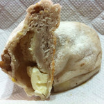 40458529 - 米粉生地でクリームチーズを包んでいる