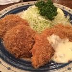 かつ銀 - 特別定食。メンチカツと白身魚のフライ。赤だしの味噌汁が温い