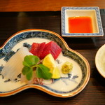 和の食 いがらし - お造りはいか、鯛、マグロの赤身です。