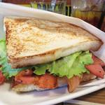 ハッシュ アンド ブリッジス - BLTサンドイッチ600円。写真では地味に見えるかもしれませんが、これが美味しいんです。
