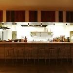 ブロカント - 迫力のオープンキッチンカウンター