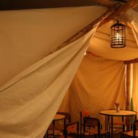 おしゃれな帆布個室・ティピ。最大12名まで収容可能。